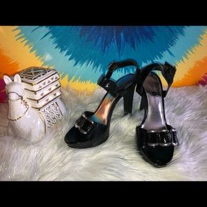 Women's velvet heart strappy black heels size 6